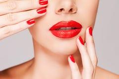 Stellen Sie Ihre Lippen zusammenbringen Ihre Finger her Stockfotos