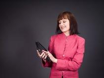 Stellen Sie Ikonen auf Bildschirm ein Geschäftsfrau, die digitalen Tablettencomputer verwendet lizenzfreies stockfoto