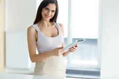 Stellen Sie Ikonen auf Bildschirm ein Geschäftsfrau mit digitalem Tablet-Computer Lizenzfreies Stockbild