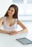 Stellen Sie Ikonen auf Bildschirm ein Geschäftsfrau mit digitalem Tablet-Computer stockbild