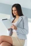 Stellen Sie Ikonen auf Bildschirm ein Geschäftsfrau mit digitalem Tablet-Computer Lizenzfreie Stockbilder
