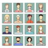 Stellen Sie Ikonen von verschiedenen flachen Gesichtern von jungen Leuten ein Stockbilder