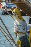 Stellen Sie Kopf in Form einer Frau auf der Vorderseite eines Segelschiffs dar Stockfoto