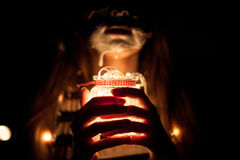 Stellen Sie Kunstmädchen mit einem Glasgefäß in Hände mit Lichtern nachts gegenüber stockbilder