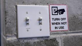 Stellen Sie Lichtschalter ab, indem Sie Energiekonzept speichern Stockbild