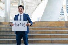 Stellen Sie mich ein! Anzugs-Holdingplakat der hübschen Geschäftsmannabnutzung stellen blaues mit mich Textnachricht ein stockbild