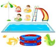 Stellen Sie mit Swimmingpool ein und scherzt Schwimmen Stockbilder