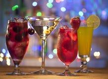Stellen Sie mit verschiedenen Cocktails ein Stockbilder