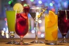 Stellen Sie mit verschiedenen Cocktails ein Lizenzfreie Stockfotografie