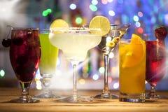 Stellen Sie mit verschiedenen Cocktails ein Stockfotos
