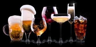 Stellen Sie mit verschiedenen Getränken auf schwarzem Hintergrund ein Lizenzfreie Stockbilder