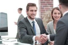 Stellen Sie neues Mitglied des Arbeitsteams vor lizenzfreie stockbilder