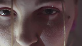 Stellen Sie Porträt des jungen sinnlichen Mädchens mit Funkeln auf Gesicht gegenüber stock video footage