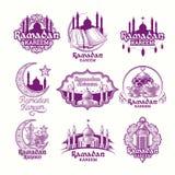 Stellen Sie purpurrote Illustrationen des Vektors, Zeichen für Ramadan Kareem mit Laterne, Türme der Moschee, Halbmond ein lizenzfreie abbildung