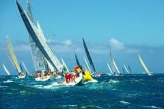 Stellen Sie Regattasegeljachten an segeln Luxusyacht Stockfoto