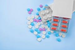 Stellen Sie schützende Schablone und die Pille gegenüber, die im Hintergrund verwischt wird Blisterpackungen mit bunten Pillen Stockfotos