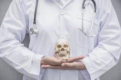 Stellen Sie schützende Schablone und die Pille gegenüber, die im Hintergrund verwischt wird Nahaufnahme von Doktor Schädel mit st Lizenzfreies Stockfoto