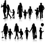 Stellen Sie Schattenbild der glücklichen Familie auf einem weißen Hintergrund ein Auch im corel abgehobenen Betrag Stockbilder