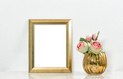 Stellen Sie Schein oben mit goldenen Rahmen amd Blumen dar Weißer Stuhl nahe dem Fenster Lizenzfreie Stockfotografie