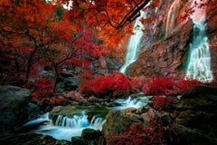Stellen Sie sich buntes des klinimagine vor, das vom klong lan-Wasserfall bunt ist Stockfotografie