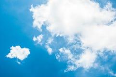 Stellen Sie sich Wolke und blauen Himmel vor Lizenzfreie Stockbilder