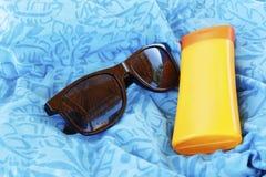 Stellen Sie Sicherheit des Strandes ein Sonnenbrille und schützende Creme Das Re Lizenzfreies Stockfoto