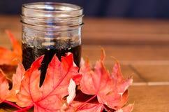 Stellen Sie Sirup-und Ahorn-Blätter her Lizenzfreies Stockfoto