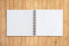 Stellen Sie Sketchbook auf Holz für Hintergrund und Text gegenüber lizenzfreie stockbilder