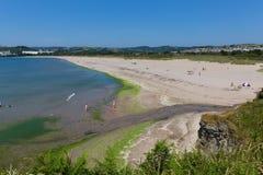 Stellen Sie Strand Cornwall England nahe St Austell und Polkerris mit blauem Meer und Himmel gleich Stockfotos