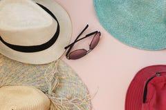 Stellen Sie Strand ein Junge Erwachsene Mann-Frauen-Hüte und Gläser Beschneidungspfad eingeschlossen lizenzfreies stockfoto