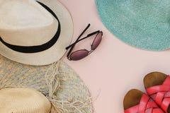Stellen Sie Strand ein Junge Erwachsene Mann-Frauen-Hüte und Gläser Die Flipflops der Frau Beschneidungspfad eingeschlossen lizenzfreies stockbild