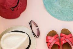Stellen Sie Strand ein Junge Erwachsene Mann-Frauen-Hüte und Gläser Die Flipflops der Frau Beschneidungspfad eingeschlossen stockfotografie
