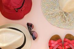 Stellen Sie Strand ein Junge Erwachsene Mann-Frauen-Hüte und Gläser Die Flipflops der Frau Beschneidungspfad eingeschlossen lizenzfreie stockfotos