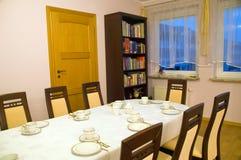 Stellen Sie Tabelle in dinning Raum ein Stockbilder
