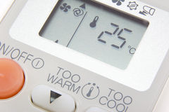 Stellen Sie Temperatur bei 25 Grad auf Fernsteuerungsklimaanlage ein Lizenzfreie Stockfotos