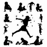 Stellen Sie vom glücklichen Kind ein, das Schattenbildvektor spielt vektor abbildung