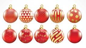 Stellen Sie vom Vektorgold und von den roten Weihnachtsbällen mit Verzierungen ein goldene Sammlung lokalisierte realistische Dek stock abbildung
