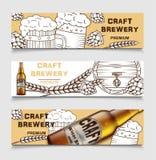 Stellen Sie von den Bierbrauereiweinlese-Vektorfahnen mit Bier und Hopfen ein Plakat der Bierkarte, Skizzenalkoholgetränk Vektor stock abbildung