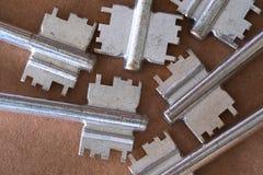 Stellen Sie von den Enden von Schlüsseln von den Verschlüssen, altes abgenutztes der Schlüssel bis zum Zeit ein lizenzfreies stockbild