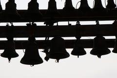 Stellen Sie von den Glocken ein, die an der Spitze eines Kirchturms gelegen sind stockfotografie