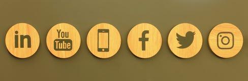 Stellen Sie von den hölzernen Ikonen des populären Social Media auf der Wand ein vektor abbildung