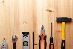 Stellen Sie von den Handwerkzeugen auf Holztisch ein lizenzfreies stockbild
