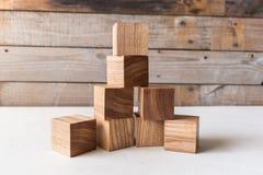 Stellen Sie von den Holzklötzen handgemacht ein Waldorf-Spielwaren auf hölzernem Hintergrund stockfoto