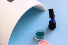 Stellen Sie von den kosmetischen Werkzeugen für Maniküre und Pediküre auf einem blauen Hintergrund ein stockfotografie
