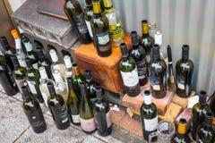 Stellen Sie von den leeren Glasflaschen alkoholischen Getränken ein lizenzfreie stockbilder