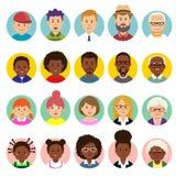 Stellen Sie von den menschlichen Gesichtern, Avataras ein, gehen Leute unterschiedliche Nationalität und Alter in der flachen Art lizenzfreie abbildung