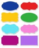 Stellen Sie von den verschiedenen Farben des Aufklebers mit der unterschiedlichen Form ein, die auf weißem Hintergrund lokalisier lizenzfreies stockfoto