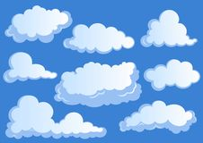 Stellen Sie von den weißen Wolken, Wolkenikonen auf blauem Hintergrund ein lizenzfreie abbildung