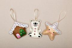 Stellen Sie von den Weihnachtsbaumdekorationen, Haus, Eisbär, Stern, handgemachter Filz auf einem beige Hintergrund ein stockbilder