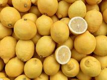 Stellen Sie von den Zitronen in einem Markt ein stockbild